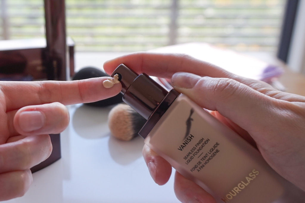 Hourglass Vanish Seamless Finish Liquid Foundation alabaster swatces review recenzia